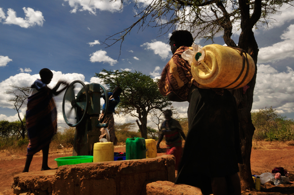 Donne e ragazzi Pokot intorno a uno dei rari pozzi d'acqua presenti nel loro territorio.