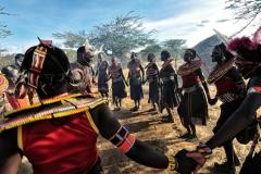 Giovani Pokot in una danza di guerra tradizionale.