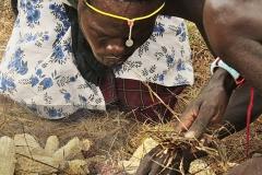 In un villaggio Pokot il fuoco si accende ancora in maniera tradizionale, sfregando due legnetti su un'esca-
