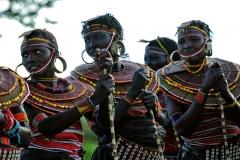 Le donne Pokot sfoggiano elaborati collari realizzati utilizzando perline multicolori.